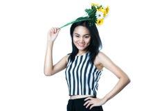 显示花的年轻亚裔妇女 免版税库存图片
