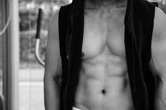 显示英俊的人的肌肉身体在夹克,黑白图象 免版税库存照片