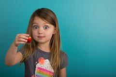 显示草莓的小女孩 库存图片