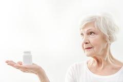 显示药片的健康资深夫人 免版税库存照片