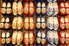 显示荷兰语鞋子围住木 免版税库存图片