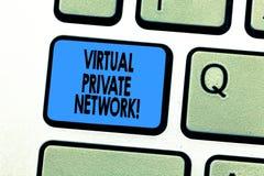 显示虚拟专用网络的文本标志 使用公开导线键盘键,被修建的概念性照片网络 库存图片