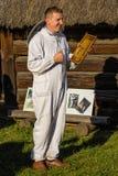 显示蜂窝框架的蜂农 库存图片