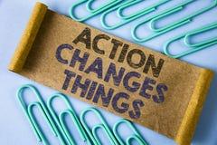 显示行动的文本标志改变事 做某事的概念性照片是象链子改进在被折叠的Cardboa写Reflects 免版税库存图片