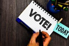 显示表决诱导电话的文本标志 概念性照片形式化了在选举提示任命的重要事态上的决定 库存图片