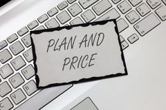 显示计划和价格的文字笔记 陈列企业的照片定价产品的正派对达成协议市场的销售 图库摄影