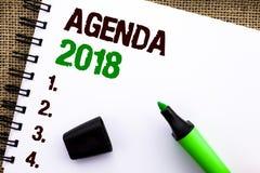 显示议程的文本标志2018年 概念性照片战略计划事预定未来目标在笔记本书写Organize o 免版税库存图片