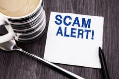 显示诈欺戒备的手写的文本 在木的薄纸手帕写的欺骗警告的企业概念求爱 免版税库存照片