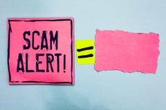 显示诈欺戒备的文字笔记 陈列企业的照片警告某人关于计划或欺骗通知任何异常的桃红色纸没有 免版税图库摄影