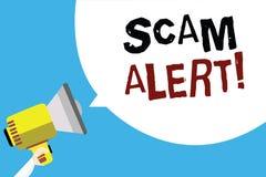 显示诈欺戒备的文字笔记 陈列企业的照片警告某人关于计划或欺骗通知拿着我的任何异常的人 库存图片