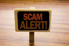 显示诈欺戒备的概念性手文字文本说明启发 在公告写的欺骗警告的企业概念bo 免版税库存照片