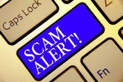 显示诈欺戒备的概念性手文字 陈列企业的照片警告某人关于计划或欺骗通知任何异常的钥匙 库存照片