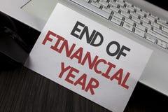 显示财政年度终的文字笔记 书面的企业照片陈列的税时间会计6月数据库成本单  免版税库存照片