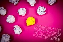 显示财政规划诱导电话的文字笔记 企业照片陈列的会计计划战略分析桃红色gr 库存图片
