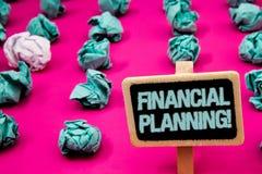 显示财政规划诱导电话的文本标志 概念性照片会计计划战略分析有丝毫的黑板 免版税图库摄影