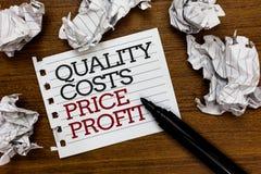 显示质量成本价格赢利的文本标志 在wothiness收入之间的概念性照片平衡重视任意地被放置的纸团 免版税库存图片
