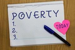 显示贫穷的文字笔记 企业照片陈列的状态是极端在需要的可怜的无家可归者足够的金钱 免版税库存图片
