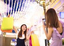 显示购物袋的妇女在购物中心 免版税库存图片