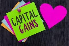 显示资本收益的文本标志 概念性照片债券份额股票赢利所得税投资基金纸浪漫可爱我 免版税库存照片