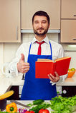 显示赞许的厨房的厨师 图库摄影