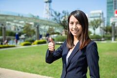 显示赞许的女实业家在名古屋市 免版税库存图片