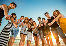 显示赞许的小组微笑的青年人 免版税库存照片