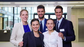 显示赞许的微笑的买卖人在办公室 影视素材