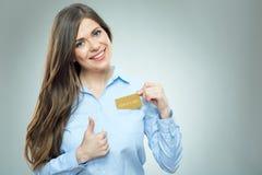 显示赞许的微笑的妇女出去从口袋的信用卡 免版税库存图片
