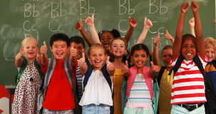 显示赞许的微笑的孩子在教室
