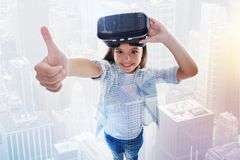 显示赞许的快乐的女孩在比赛以后在VR耳机 库存图片