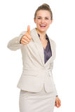 显示赞许的愉快的女商人 免版税库存照片