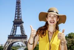 显示赞许的愉快的妇女反对埃佛尔铁塔在巴黎 库存照片