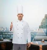 显示赞许的愉快的男性厨师厨师 免版税库存照片