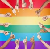 显示赞许的手在彩虹的圈子 免版税图库摄影