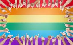 显示赞许的手在彩虹的圈子 库存图片