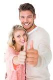 显示赞许的有吸引力的夫妇对照相机 免版税库存图片