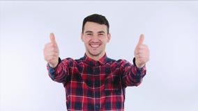 显示赞许的激动的年轻人 股票录像