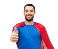 显示赞许的红色超级英雄海角的愉快的人 库存照片