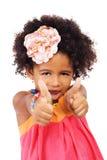 显示赞许的美丽的女孩 免版税库存照片