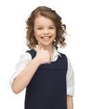 显示赞许的青春期前的女孩 免版税库存照片