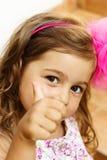 显示赞许的逗人喜爱的小女孩画象  免版税库存图片