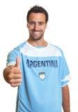 显示赞许的阿根廷足球迷 免版税库存照片