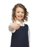 显示赞许的青春期前的女孩 免版税图库摄影