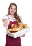 显示赞许的面包店的女推销员 库存照片