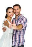 显示赞许的年轻夫妇在照相机 免版税库存照片