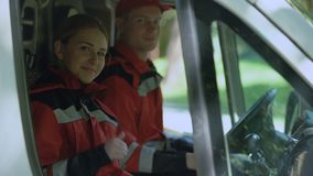 显示赞许,专家的救护车乘员组当班提供急救 股票视频