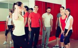 显示跳舞的教练员移动向小组 免版税图库摄影
