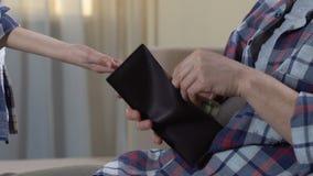 显示过分要求的姿态的男孩手,要求零用钱,给现金的父亲 股票视频