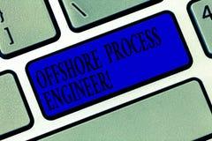显示近海工艺工程师的文本标志 概念性照片负责对油和煤气探险过程键盘键 库存照片