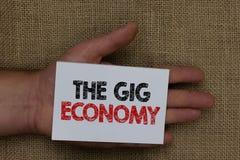 显示违规记录经济的文字笔记 短期合同企业照片陈列的市场做自由职业者工作临时人的手 免版税库存图片
